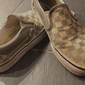 Vans skor, köpts för 600 kr på zalando. Storlek 38. Använda ett fåtal gånger då dom inte passar mig. Bra skick, lite smutsigt på sidan som troligtvis går att få bort, inget man tänker på. För övrigt väldigt fina och  sköna skor