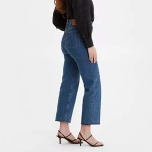 """Blå Levi's jeans i nyskick, max använda 5 gånger💖 Modellen heter """"ribcage straight"""". Super snygga basic blå jeans nu till hösten💞 Storlek 24/27. Nypris: 1299 kr mitt pris är 400 kr + frakt. Det är bara att hör av sig för mer info/bilder☺️"""