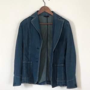 Supercool jeans jacka från 90-talet. Storlek 40, skulle säga att den passar mer som en S/M. Aldrig använd.