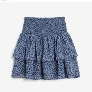 Säljer denna superfina och trendiga blåa leopard kjol. Köpt på plick i sommars men är superbra skick!💗 säljer pga att jag inte kommer använda igen tror jag. Skriv privat för egna bilder buda i dm eller köp direkt för 200+ frakt barnstorlek 170💗 alla bilder är lånade så skriv för egna!