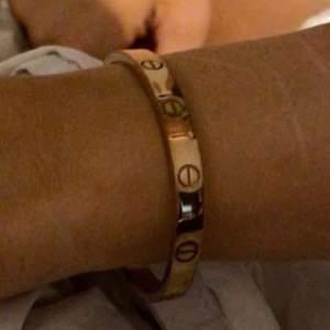 Ett Cartier armband i färgen rosé guld 🤍 du får med allting på bild 3. Priset kan diskuteras. AAA kopia