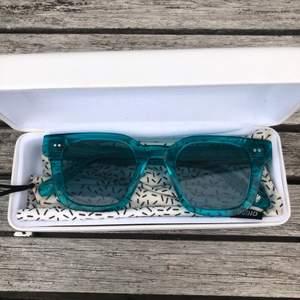 Lägger upp igen pga oseriös köpare🤜🏼 Säljer mina solglasögon ifrån Chimieyewear. Modellen 004 i färgen Aqua. Solglasögonen har inga repor eller defekter, fodralet har blivit lite smutsigt på baksidan (se bild 3)😋 Buda ifrån 400 kr (köparen står för frakten)❣️köp direkt för 600😎