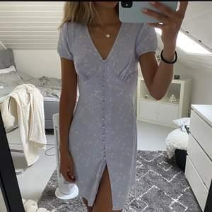 Superfin blå klänning med vita blommor från Nelly x Glamorous 🤍