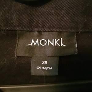 Svårt kjol med knappar. Inga fel. Kan ha päls på sig (har katter). Köpt på Monki.
