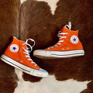 Höga Converse med snygg orange färg🧡.          Storlek: 37🧡 Startpris 150kr, Direkt köp 400kr. Buda med minst 10kr varje gång ✨Köpare står för frakten 🧡