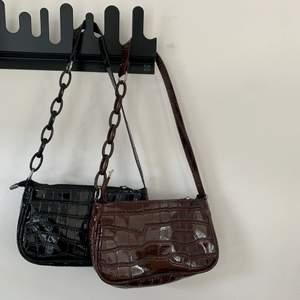 En brun och en svart väska! Kommer aldrig till användning och därför säljer jag dem. Köpare står för frakt! Fraktalternativ kan diskuteras! En väska för 50kr bägge för 90kr!