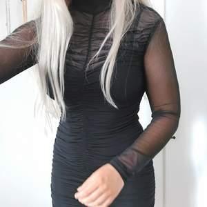 Svart klänning I mesh med linne under. Köpt på gina tricot i Storlek m, väldigt stretchig. Använd fåtal gånger så är I fint skick.
