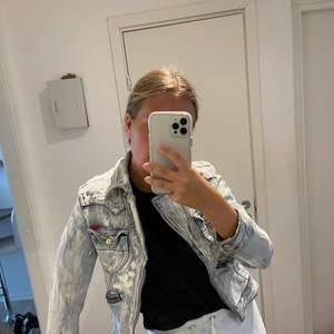 En jeansjacka från märker nolita. Broderat mönster i ryggen. Passar en XS och en S beroende på hur du vill att den skall sitta.