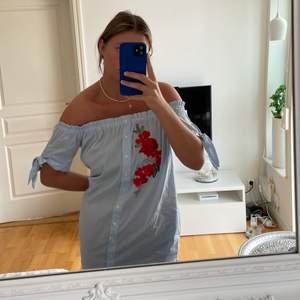 Säljer denna supersnygga klänning från forever21 i storlek S!❤️