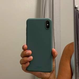 """HOLDIT mobilskal i färgen """"Moss Green"""" till iPhone XS MAX! Sparsamt använt skal - endast använd några gånger! Enda defekten som finns är det lillalilla märket vid kameralinsen - se bild nr 2! Verkligen inget som man tänker på!"""