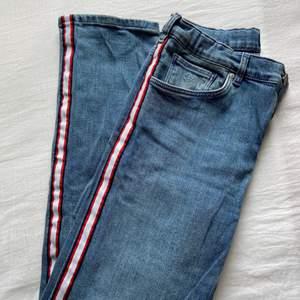 Jag säljer nu mina gant jeans som är köpta på kidsbrandstore hemsida. Dessa har revär på sidan av varje ben. I midjan finns det en justerbar resår. Jeansen är normala i midjan. De är i väldigt bra skick och bara änvända ett få tal gånger. 150kr+frakt