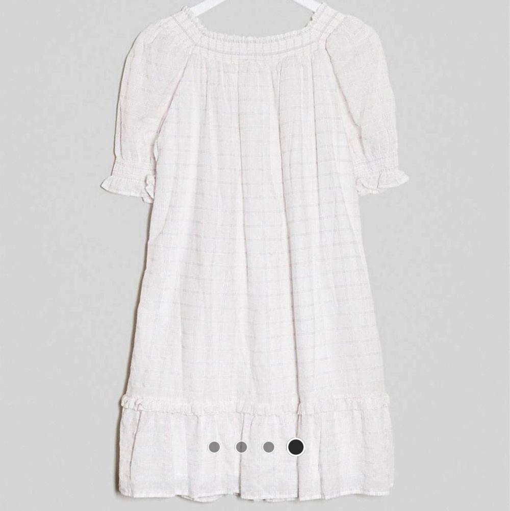En jättevacker klänning från &stories i en vacker vit och rosa färg. Den är aldrig använd då jag inte fått användning av den. I storlek S och är verkligen en riktig drömklänning. . Klänningar.