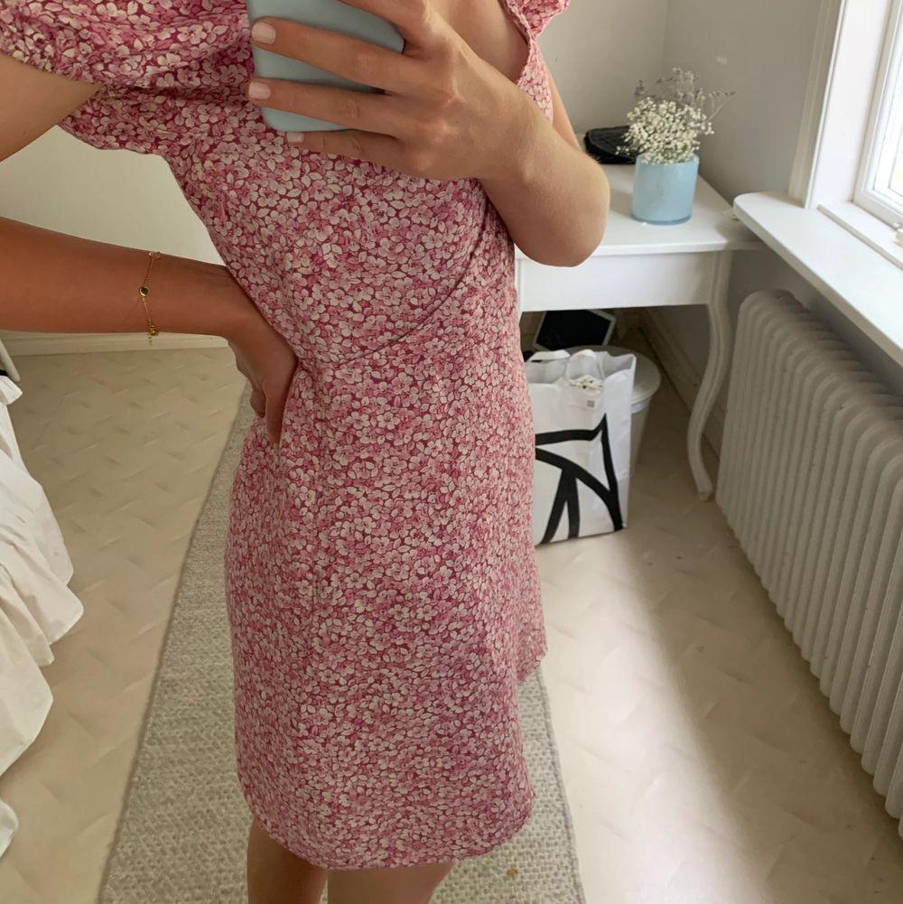 Så fin rosa blommig klänning från & other stories, egentligen är den strl 40 men är lite omsydd i midjan så den passar en 36-38, inget som syns😊 använd väldigt få gånger så klänningen är i väldigt bra skick!!. Klänningar.