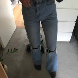 Säljer nu dessa jeansen från stradivarius med hål💙dem har jättesnygg passform! Dem är lite klippta nertill för att va bra i längden för mig som är ca 167 cm! Använda ganska flitigt men i mycket bra skick! Säljs pågrund av att dem inte används längre🤍