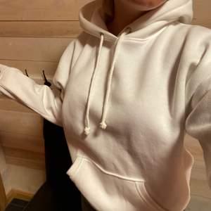 En helt ny vit hoodie från bikbok, aldrig använd endast testad men lappen är tyvärr inte kvar. Köpt för 300kr säljer för 150 + frakt💕