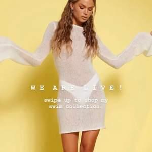 Slutsåld vit stickad klänning från Hanna Schönbergs nya swim kollektion för nakd. Köpte i två olika storlekar. Bud på 750.