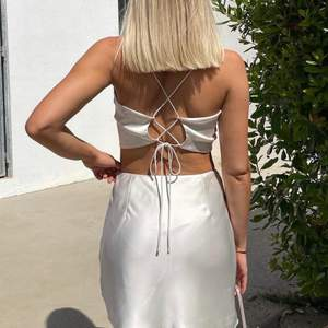 Kanske säljer det settet, endast intressekoll!!! Från Moa matssons kollektion SLUTSÅLD (champagne färgad) kjol samt topp, båda är oanvända endast provade på bilderna. Såå fina. Storlek 38 i kjolen och 36 i toppen.