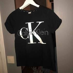Svart T-shirt med uppkavlade ärmar fr Calvin Klein