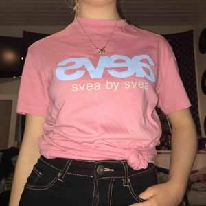 supersöt rosa svea tröja, trycket är blått inte vitt, knappt använd, nypris 399kr