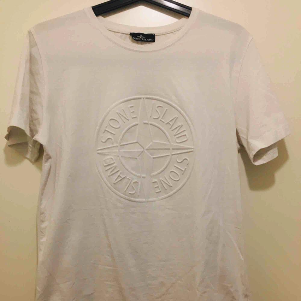 Stone Island T-Shirt Vit. Använd fåtal gånger. Kan mötas upp. Även leverera till dörr ifall du bor i närheten av Kista. T-shirts.