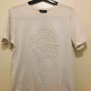 Stone Island T-Shirt Vit. Använd fåtal gånger. Kan mötas upp. Även leverera till dörr ifall du bor i närheten av Kista