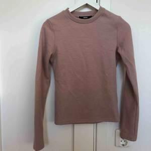 En fin ljusrosa ribbad tröja från bikbok i storlek XS (stor i storleken)