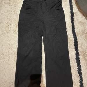 De perfekt och bekvämaste breda svarta byxorna! Köpta från trendyol i storlek 36! Använda några enstaka gånger❤️ 70kr