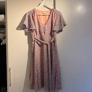 Rosa/lila Blommig klänning från Cubus. Sparsamt använd