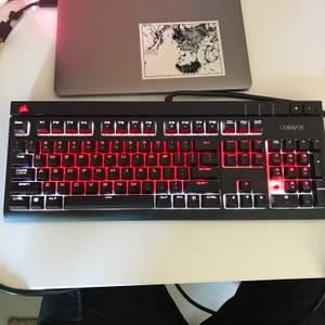 Corsair Strafe RGB keyboard. Har använt denna väldigt. Fortfarande bra skick. Saknar en keycap på 1an på numpaden. Cherry red switches.  (engelsk)