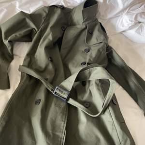 En aldrig använd fin olivgrön kappa från forever 21, köptes för ca 600-700 säljer för 400