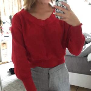 Jättesöt röd stickad tröja me v-ringning. Säljer pga kommer ej till användning längre