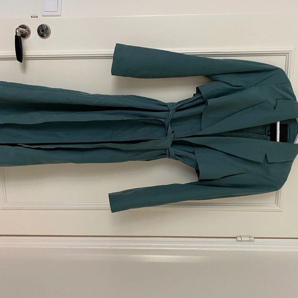 Trenchcoat i stl xs, nyskick då den bara hängt i garderoben. Köpare står för frakt eller möts i Malmö 🌺. Jackor.