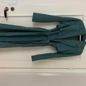 Trenchcoat i stl xs, nyskick då den bara hängt i garderoben. Köpare står för frakt eller möts i Malmö 🌺