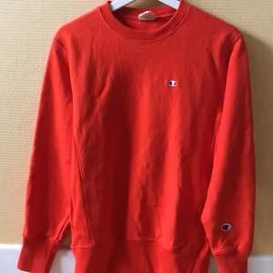 Säljer min orangea Champion Reverse Weave Crewneck i storlek M (köpt från zalando) Den är bara använd ett fåtal gånger och är i perfekt skick. Storleken sitter true to size. Köparen står för frakt 🚚 😁