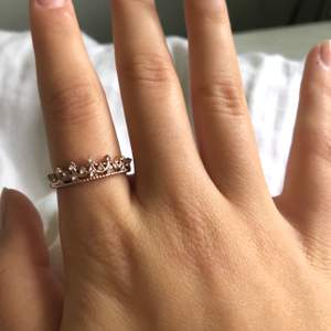 Ring i form av en krona, i en rosé färg👸🏼👑skulle säga ringen är i storlek M. Köparen står för frakten som är 11kr.