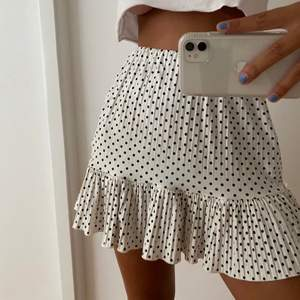 (INTE MIN BILD) säljer min super fina kjol från zara som är köpt förra året💕 storlek S, hör av dig om du har några frågor eller vill ha fler bilder🙌 ledande bud: 100