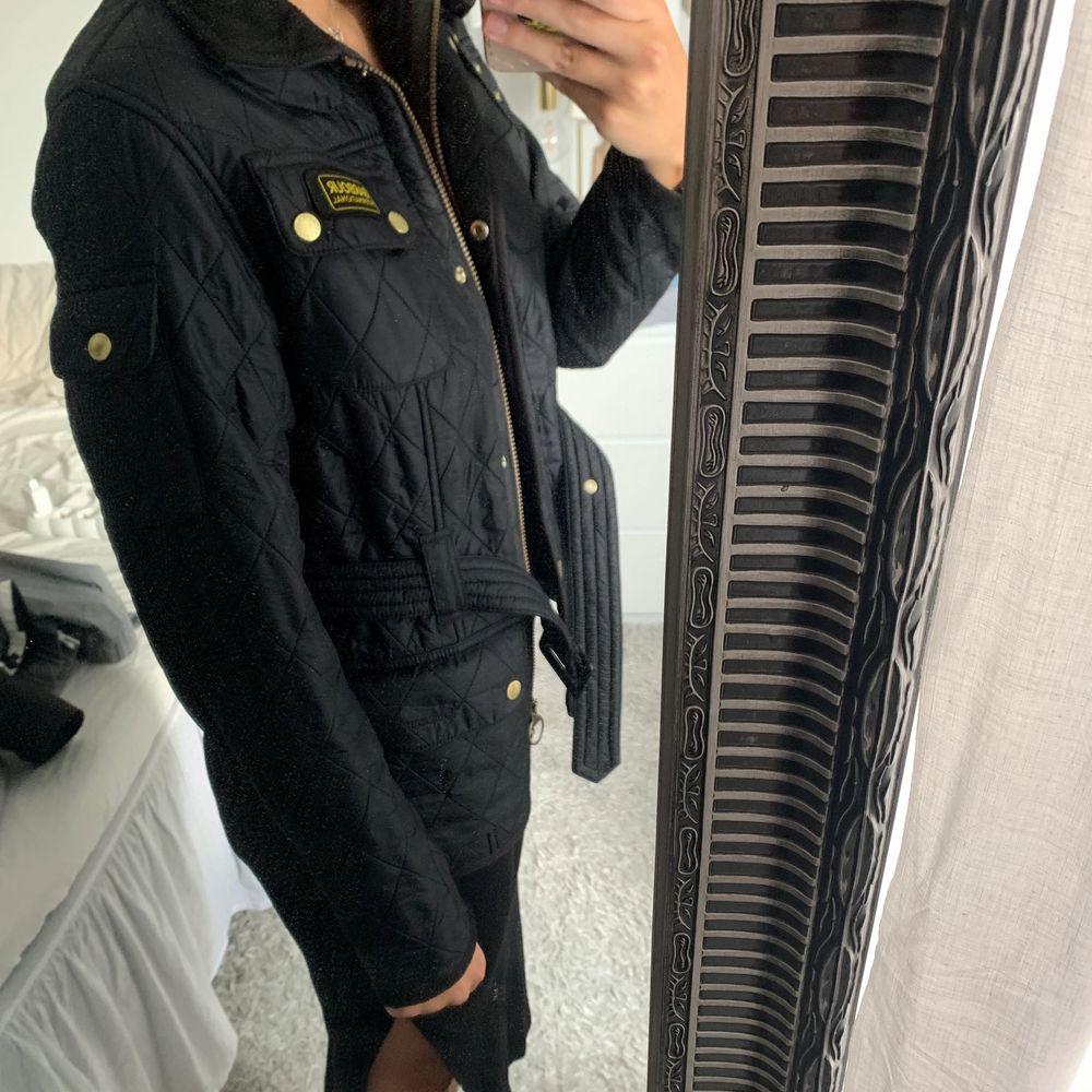 Barbour jacka, knappt använd så är som ny. Köpt för 3000 säljer nu för 1000kr+frakt💗. Jackor.