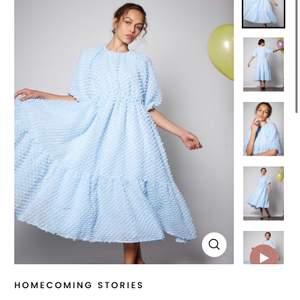 Sååå fin klänning från sister Jane i storlek xs! Unikt tyg och aldrig använd. Ångrat köp helt enkelt så tänkte kolla om nån är intresserad innan den skickas tillbaka💖 (nypris 1200kr+frakt)