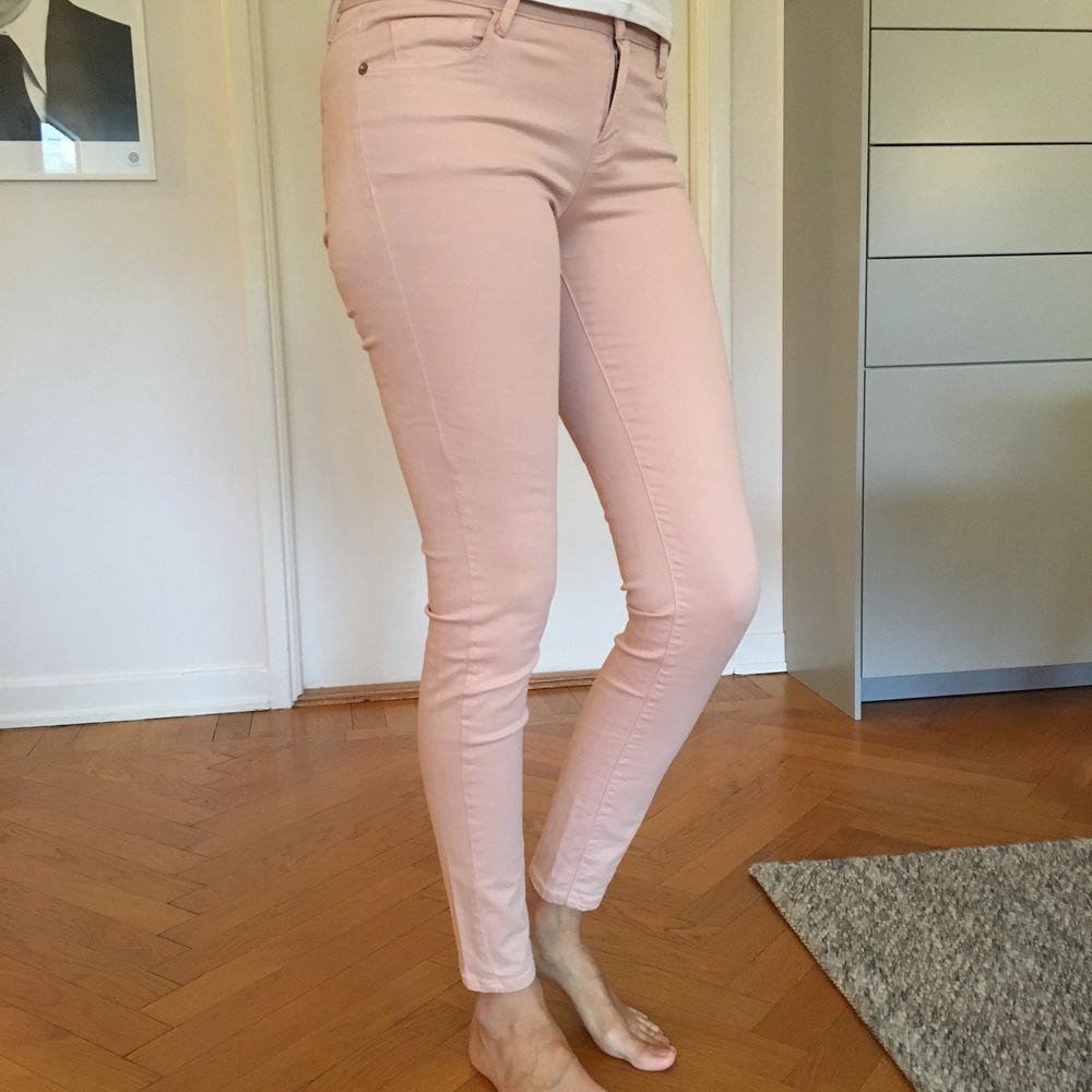Säljer mina otroligt mjuka och sköna byxor inköpta på Massimo Dutti. Fem olika par; Vita/creme, isblå, ljusrosa samt khakigröna. Säljer dem för 150 kr/STYCK då de bara är använda ett fåtal ggr. De vita/creme är i storlek 36, övriga är 38 - dock ingen stor skillnad på dessa. Tajta men med stretch i. Person på bild är 178 cm lång. Kan även mötas upp i Göteborg. Ev frakt tillkommer.. Jeans & Byxor.