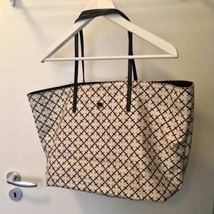 """Stor och rymlig väska från MALENE BIRGER.  Svart/vit i klassiska mönstret. Knappt använd och ändats små synliga kant """"skador"""" under ( SE BILD 3)"""