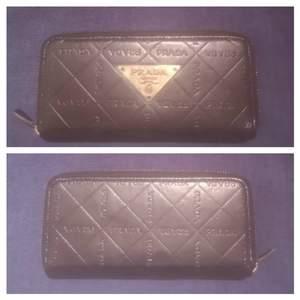 Prada plånbok/clutch svart med gulddetaljer.Vintage. FRAKTFRITT Vintage Plånbok/clutch från Prada fin kopia. Faux läder, dragkedja samt logga av guldmetall, märkt Prada Milano. PRADA inpräglat i