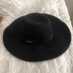 Svart enkel hatt i märket Bebe. Du står för frakt ca 30kr💕💕💕
