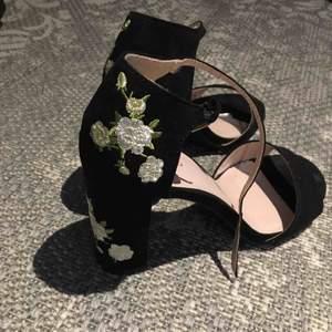Sjukt fina klack-sandaler som jag har använt 1 gång! Fräscha och har vita broderade blommor på baksidan av klacken! 100kr + frakt! Kontakta om fler bilder eller info!