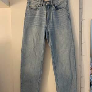 Säljer dessa snygga ljusa jeansen från Lindex som tyvärr är lite för små för mig. Storleken är 34. 150kr + frakt👖👖