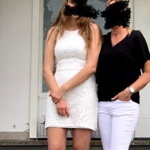 Superfin vit klänning! Använd bara en gång 🌸 skriv för mer bilder. 💞 200kr + frakt 📦