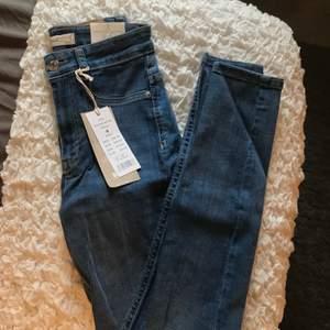Helt nya och oanvända Molly high waist jeans från Ginatricot i storlek S med prislapp kvar!💕
