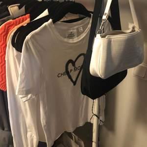 T-shirt från cheap monday i strl XS. Fint använt skick. Riktigt snyggt att klippa av oxå! Skriv för fler bilder🤍