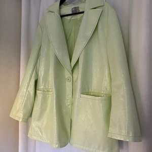 Lackad jacka/kavaj i grön färg, svinsnygg:)