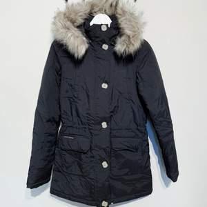Jättefin varm vinterjacka från Jeane Blush i stl XS. Sparsamt använd endast en vinter men säljer pga för liten för mig.