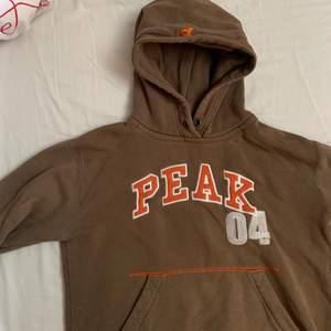 Cool brun hoodie från Peak. Sterleken är L men den är väldigt liten i storleken!! Så inte så overzised. Exl frakt